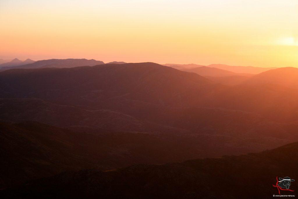 Weit und menschenleer: zum Sonnenaufgang auf dem höchsten Berg der Insel