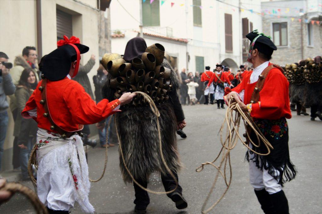 Die stolze Tradition der Mamuthones e Issohadores - live zu erleben im Februar auf Sardinien